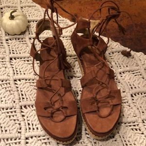 Romanesque sude platform sandals